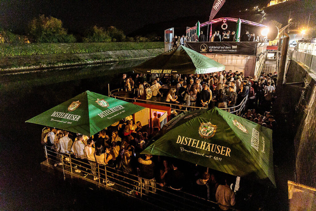 Party auf dem Boot vor Corona